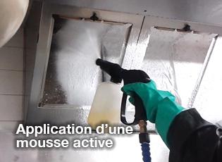 application d'une mousse active sur les hottes de cuisine professionnelles
