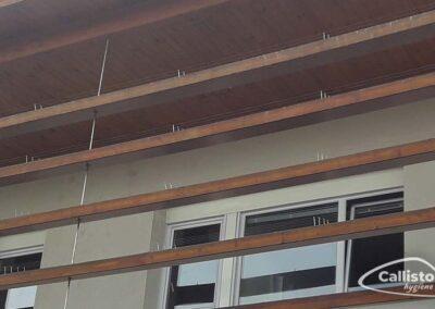 Pose d'un câbles tendus anti-pigeons sur un balcon